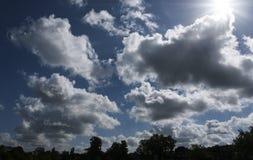 Драматические облака кумулюса Стоковые Изображения