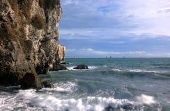 Драматические скалистые скалы и сцена океана Стоковые Фотографии RF