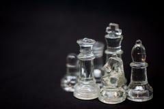 Драматические шахматные фигуры на черной предпосылке стоковые фотографии rf