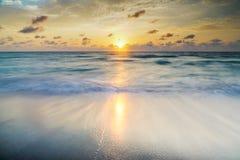 Драматические Seascape и восход солнца океана Стоковое Изображение