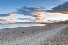 Драматический ландшафт пляжа захода солнца после шторма Стоковые Фото