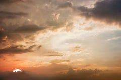 Драматический взгляд панорамы атмосферы красивого twilight неба и Стоковое Фото