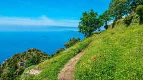 Драматический взгляд побережья Амальфи итальянца, увиденный с пути богов стоковые фотографии rf