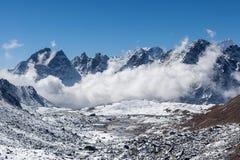 Драматический взгляд над гималайскими горами, Непал Стоковые Фотографии RF