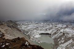 Драматический взгляд над ледником и серым цветом Ngozumpa Стоковое Изображение