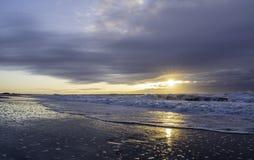 Драматический восход солнца над берегом Джерси стоковая фотография