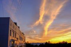 драматический восход солнца над верхними частями крыши города Стоковые Изображения