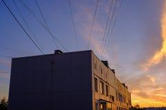 драматический восход солнца над верхними частями крыши города Стоковая Фотография