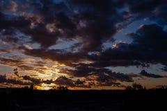 драматический восход солнца над верхними частями крыши города Стоковые Фотографии RF