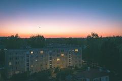 драматический восход солнца над крышей города покрывает - винтажный ретро взгляд Стоковая Фотография
