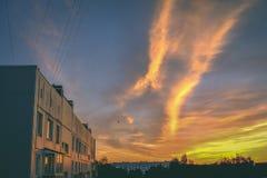 драматический восход солнца над крышей города покрывает - винтажный ретро взгляд Стоковое фото RF