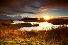 Драматический восход солнца над озером Стоковые Изображения