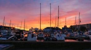 Драматический восход солнца над портом Таллина, Эстонии Стоковое Изображение