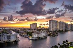 Драматический заход солнца в Майами Флориде с некоторым намеком тепла и мадженты стоковая фотография