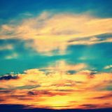 Драматический заход солнца и небо восхода солнца естественное предпосылки цветастое Стоковое фото RF