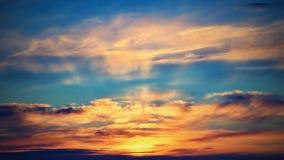 Драматический заход солнца и небо восхода солнца естественное предпосылки цветастое Стоковое Изображение