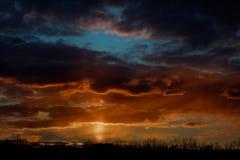 Драматический заход солнца и небо восхода солнца Красивый пламенистый заход солнца апельсина и пурпура Стоковые Фото