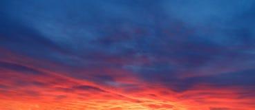 Драматический заход солнца и небо восхода солнца Стоковая Фотография RF