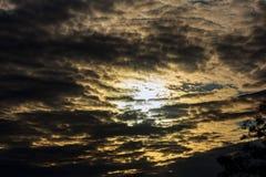 Драматический заход солнца и небо восхода солнца Стоковое фото RF