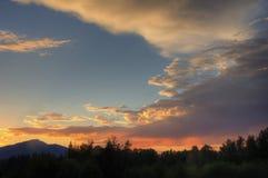 Драматический заход солнца над горами каскада стоковое изображение
