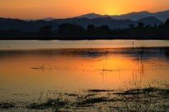 Драматический заход солнца над горами озера и морем с туманом запруды Kaeng Krachan, провинции Таиланда Phetchaburi стоковые изображения