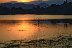 Драматический заход солнца над горами озера и морем с туманом запруды Kaeng Krachan, провинции Таиланда Phetchaburi стоковая фотография