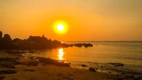 Драматический заход солнца над морем стоковые фотографии rf