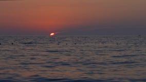 Драматический заход солнца над морем, ландшафт, промежуток времени, сумрак к ноче видеоматериал
