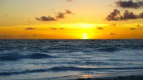 Драматический заход солнца над океанскими волнами Облака сток-видео