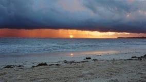 Драматический заход солнца над океанскими волнами шторм видеоматериал