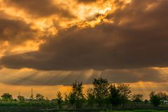Драматический заход солнца над Kikinda стоковое изображение