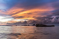 Драматический заход солнца на пляже Ao Nang, Krabi, Таиланде стоковая фотография