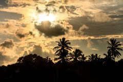 Драматический заход солнца на пляже, Tangalle, Шри-Ланка Стоковое Изображение