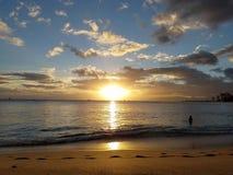 Драматический заход солнца через облака и отражать на Тихий Океан Стоковые Изображения RF