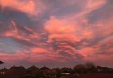Драматический заход солнца через поражая облака стоковое изображение