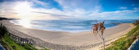 Драматический заход солнца seascape с оранжевыми небесами и отражениями Стоковое Изображение RF