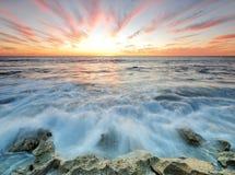 Драматический заход солнца в пляже Перта Стоковая Фотография