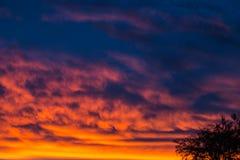 Драматический заход солнца и небо восхода солнца Стоковая Фотография