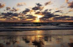 Драматический заход солнца Калифорнии Тихий Океан Стоковые Изображения
