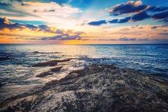 Драматический заход солнца на береге моря Стоковые Фото