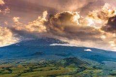 Драматический заход солнца над вулканическим наклоном Стоковое фото RF