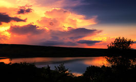 Драматический заход солнца над озером Стоковая Фотография RF