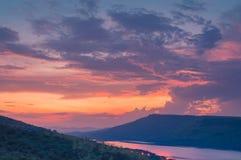 Драматический заход солнца над озером Стоковые Фотографии RF