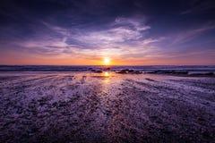 Драматический заход солнца на побережье пляжа на заливе Уотергейта, Корнуолле, Англии стоковое фото rf