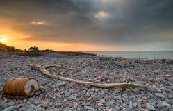 Драматический заход солнца над плотиной Porlock Стоковая Фотография