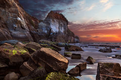 Драматический заход солнца на 3 сестрах национальном парке, Taranaki, Новой Зеландии Стоковая Фотография