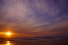 Драматический заход солнца океана с облаками и голубым небом Стоковое Изображение RF