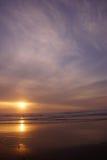Драматический заход солнца океана с облаками и голубым небом Стоковая Фотография