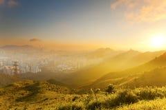 Драматический заход солнца среди холмов Стоковое фото RF