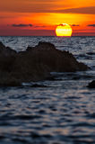 Драматический заход солнца с утесистым побережьем, Сардинией Стоковое Изображение RF